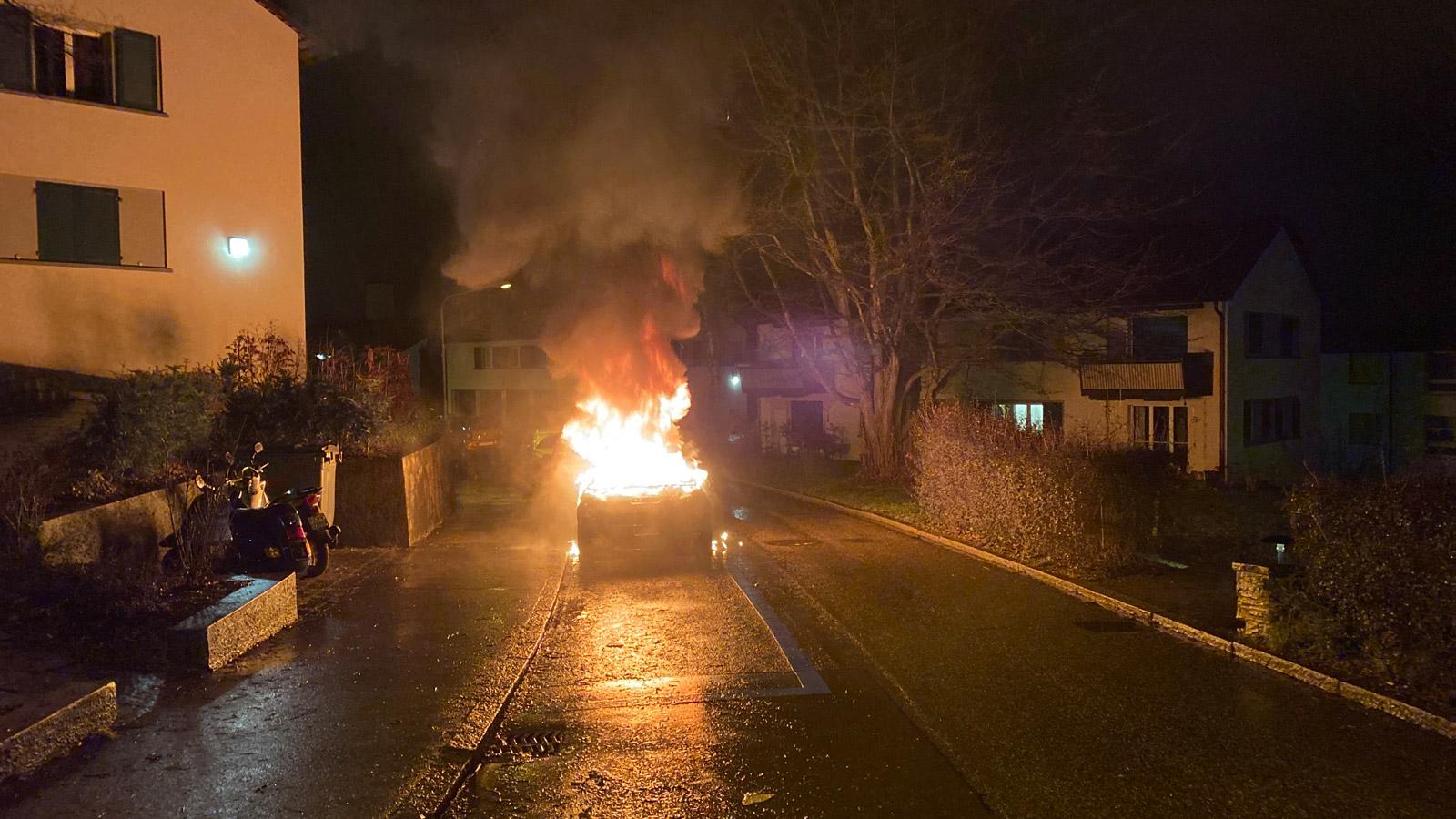 Bild: Stadt Polizei Zürich Fahrzeugbrand Erchenbühlstrasse